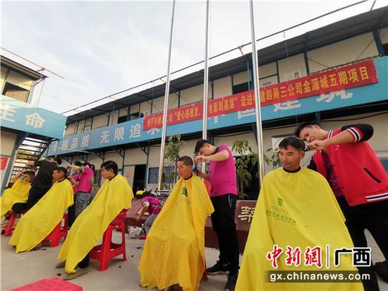 南宁市建设工会和中建四局情系农民工
