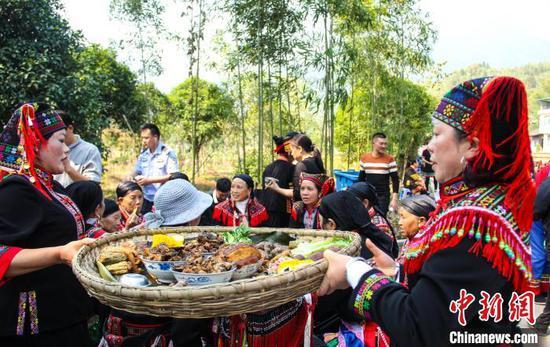 11月12日,廣西興安縣華江瑤族鄉瑤族村寨擺設過山瑤簸箕宴,歡慶盤王節。 楊宗盛 攝