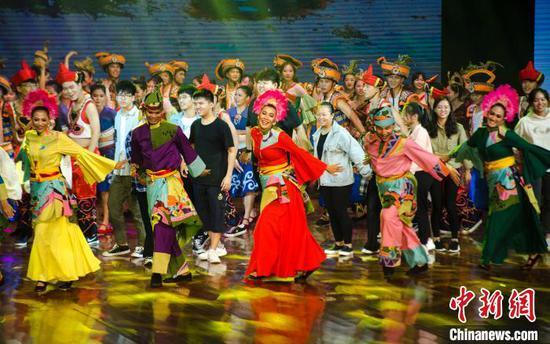 馬來西亞代表和欽州代表共舞。 翟李強 攝
