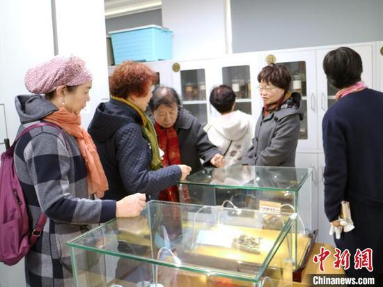 市民參觀中藥標本室。 石羽佳 攝