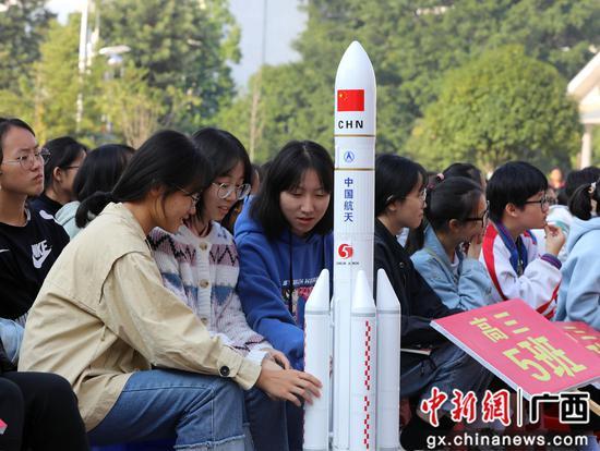 同學們在觀看科技周火箭模型。