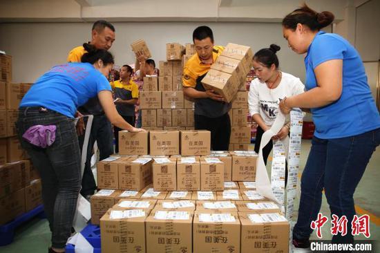 11月11日,广西柳州市螺蛳粉产业园内,螺蛳粉企业紧张备货发货。 朱柳融 摄