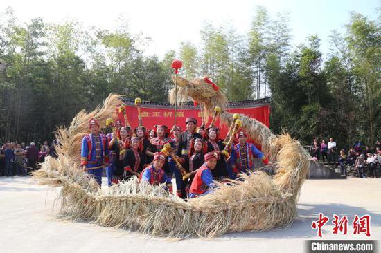 11月12日,廣西興安縣華江瑤族鄉瑤寨同胞舞草龍歡度盤王節。 楊長波 攝
