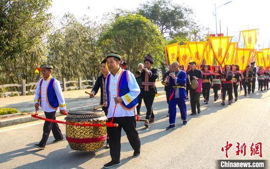 11月12日,廣西興安縣華江瑤族鄉盤王節盤王沿街巡游。 楊宗盛 攝