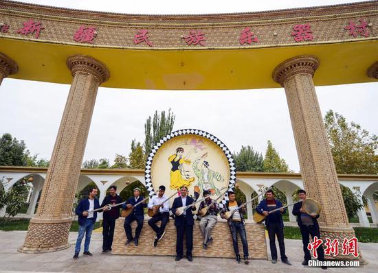 """琴声悠扬——探访""""中国新疆民族乐器村"""""""