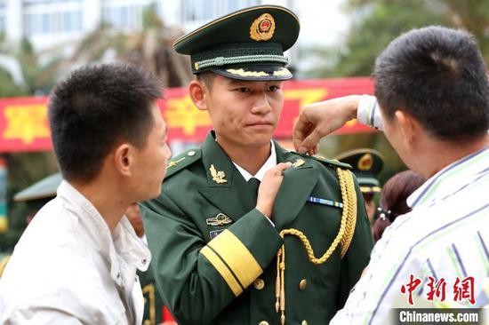 军属上阵,见证军人荣誉。 朱柳融 摄