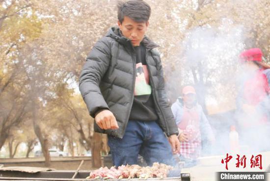 村民在度假村賣烤肉增加了收入。 王玉堂 攝