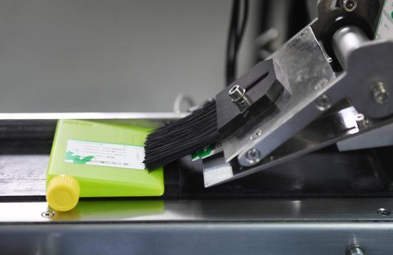 寧波美康生物科技股份有限公司產品在自動化車間包裝。王剛 攝