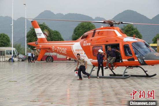 图为直升机参与现场救援 方安宁 摄