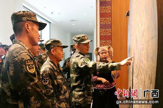 官兵询问铜鼓纹饰的含义。