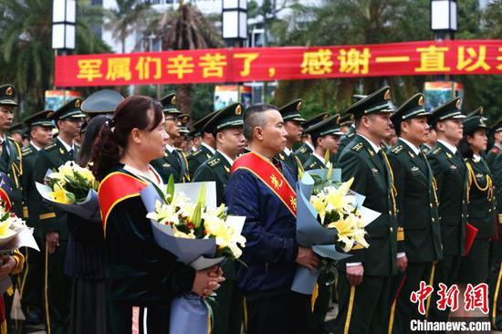 仪式现场邀请多名家属参加。 朱柳融 摄