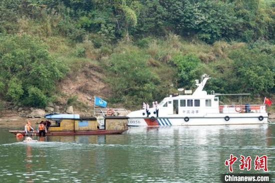 图为海事部门在水面开展救援工作 方安宁 摄