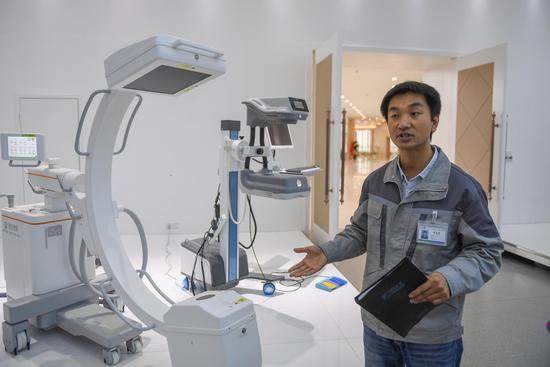 康達洲際(寧波)醫療器械有限公司工程師在介紹產品。王剛 攝