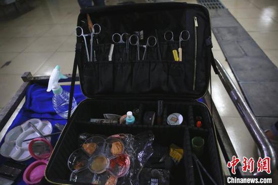 参赛选手的化妆箱。 朱柳融 摄