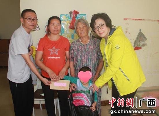 """中国移动爱""""心""""行动回访组慰问了患儿张凯铭。"""