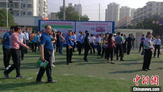 中国各省(区、市)发展改革、体育部门有关人员在北海海浪足球训练基地参观考察。 翟李强 摄
