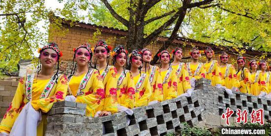 11月16日,身着戏曲服装的民众在银杏树下合影。 杨宗盛 摄