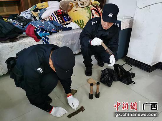 图为民警将手榴弹、子弹转移。警方供图