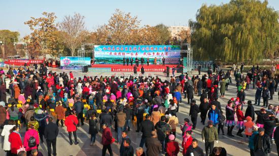 """和硕县举办特吾里克镇乡村旅游文化节暨""""民族团结一家亲""""民俗乡韵大赛。苏强"""