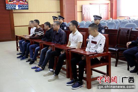 图为6名越南籍被告人出庭受审。法院供图