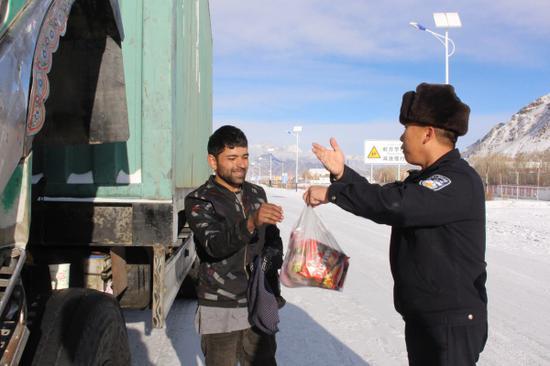 图为民警为其送去了方便面、水果等食品。