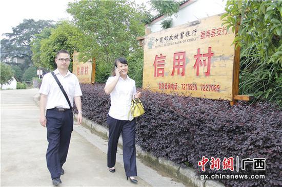 邮储银行信贷员到自治区级现代特色农业核心示范区、邮储银行信用村——荔浦县修仁镇大榕村回访客户。