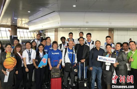 图片展作品之一,展示中国的航空公司为赴华参赛的菲律宾篮球赛队送行。主办方供图