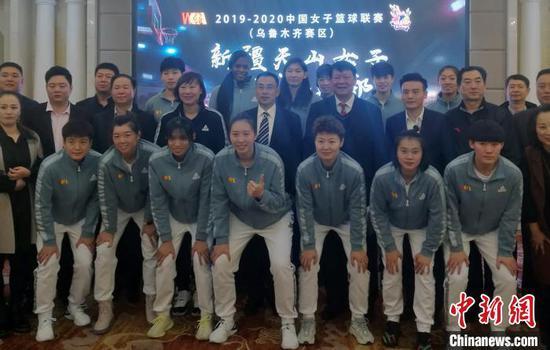 新疆天山女子篮球俱乐部资讯发布会暨赞助商签约仪式在乌鲁木齐召开。孙亭文 摄