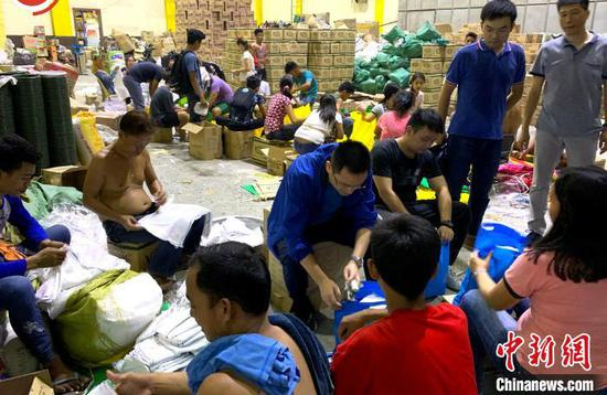 图片展作品之一,展示中资机构向菲律宾受灾地区援助物资现场。主办方供图