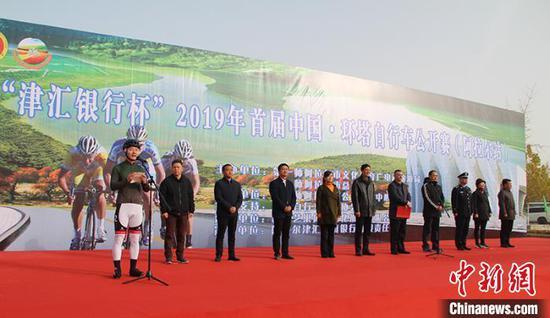 17日,2019年首届中国·环塔自行车公开赛(阿拉尔站)举办。戚亚平 摄
