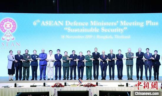 11月18日,第六届东盟防长扩大会在泰国曼谷举行。中国国务委员兼国防部长魏凤和出席并发言。图为与会各国团长集体合影。中新社发 钟欣 摄