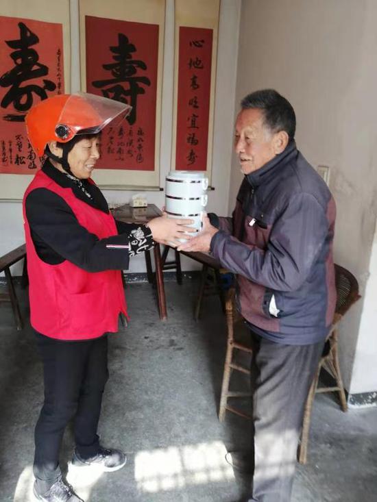 工作人員為老人送餐。鸕鳥鎮供圖