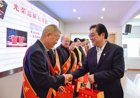 """图为:玉环市举行""""不忘初心、薪火相传""""荣誉退休仪式。吴晓红摄"""