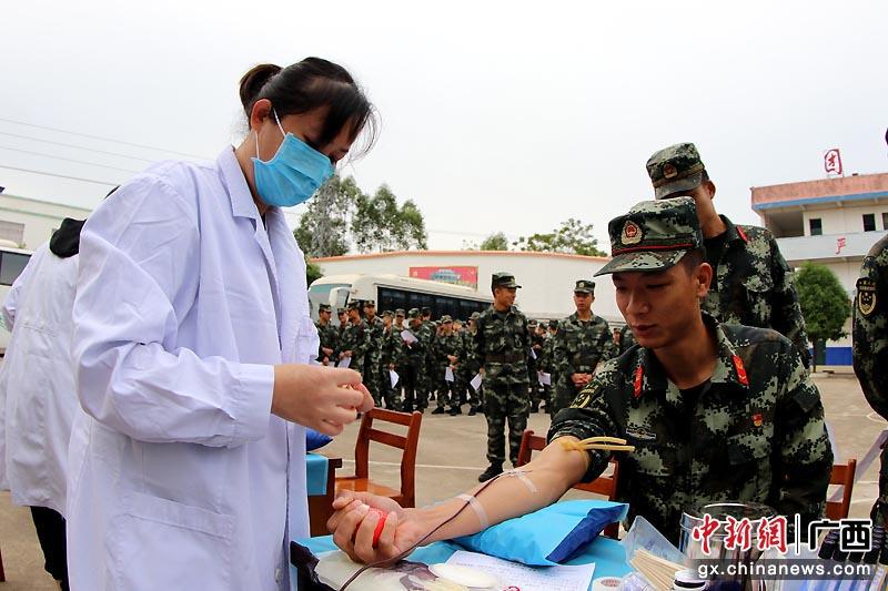 广西崇左武警官兵踊跃献血
