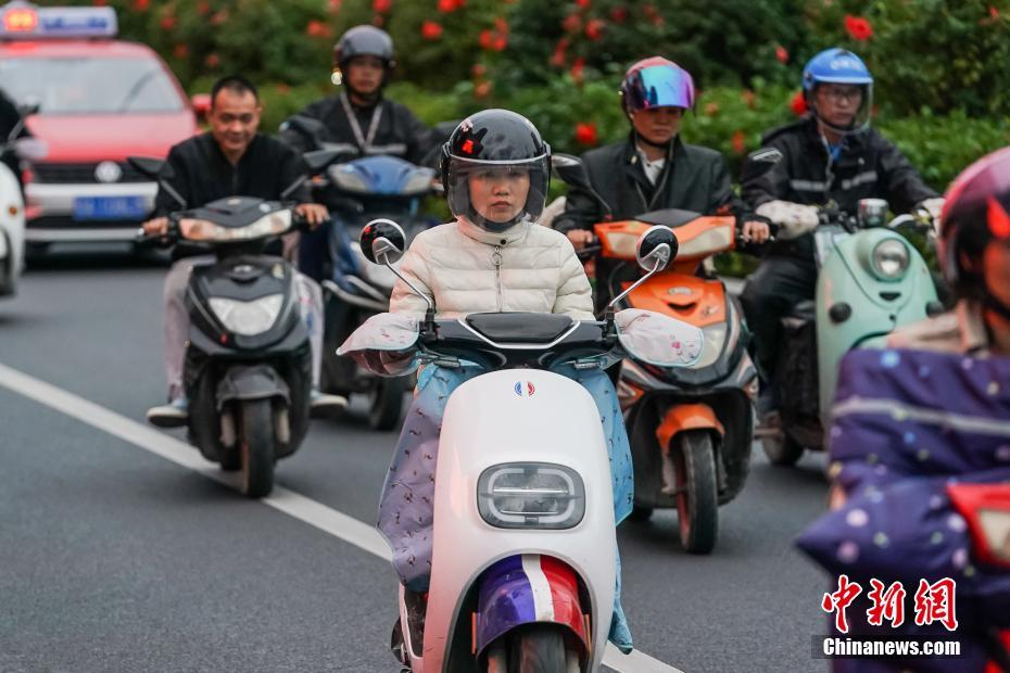 广西南宁:冷空气来袭 市民添衣出行