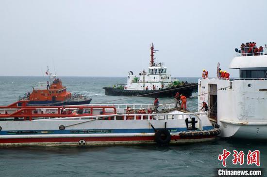 图为演习现场,用专业救助船尾靠过驳大规模人员。 善国乘 摄