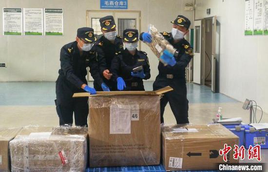 海关人员查验进口的马来西亚毛燕。 翟李强 摄