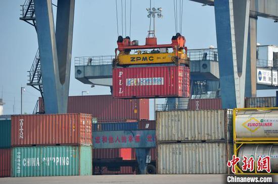 图为西江流域核心港口城市贵港的港口码头。 胡雁 摄