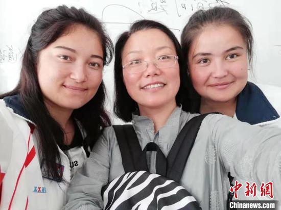 长治学院教师梁军萍与学生。长治学院党委统战部供图