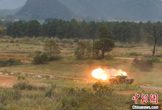 11月20日,东盟防长扩大会反恐专家组联合实兵演习综合演练中,地面突击队对恐怖分子暴露据点进行打击。 黄远利 摄