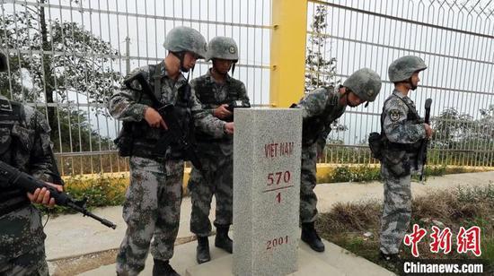 巡逻官兵查看界碑状况。 宋邦稳 摄