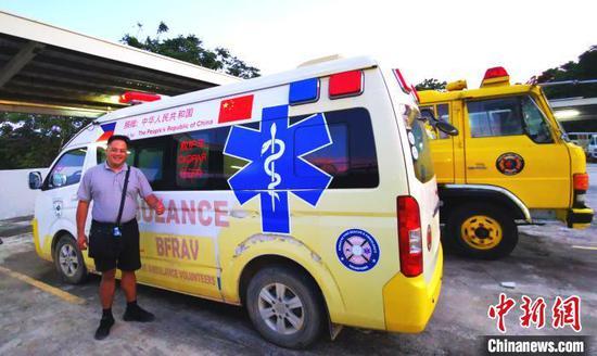 2016年中国驻菲大使馆捐赠的价值200万菲币的新型救护车,配合长滩岛救援志愿者协会救助中心,全年每周7天每日24小时为全岛居民和游客提供紧急救助服务。图为当地时间11月22日,中国捐赠的救护车随时待命。 关向东 摄