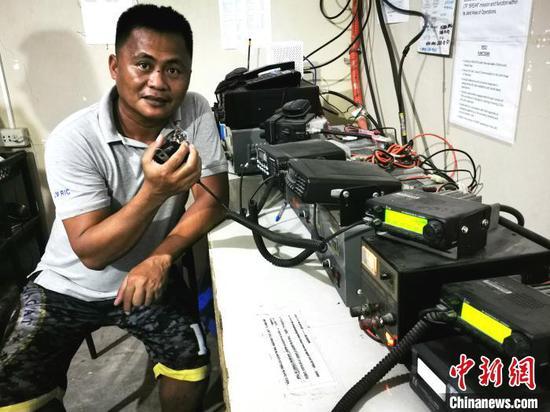 2017年中国驻菲使馆捐赠的价值15万菲币的30台对讲机,配合长滩岛救援志愿者协会救助中心,全年每周7天每日24小时为全岛居民和游客提供紧急救助服务。图为当地时间11月22日,救援人员在使用中国捐赠的对讲机。 关向东 摄