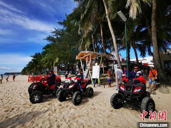 """当地时间11月23日,中国驻菲大使馆捐赠的价值108万菲币的6部沙滩救护摩托车,在菲律宾旅游胜地长滩岛白沙滩""""上岗"""",将与7公里长白沙滩上新建救生瞭望台一一配对。一旦发现有游客需要救助,救生员可以驾车更快抵达现场,提供急救。 关向东 摄"""