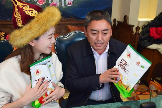 岳普湖县副县长玉山江·卡斯木(右)在活动中推介该县特色产品。