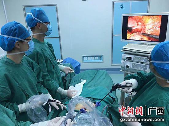 图为手术中。罗琼萱 摄