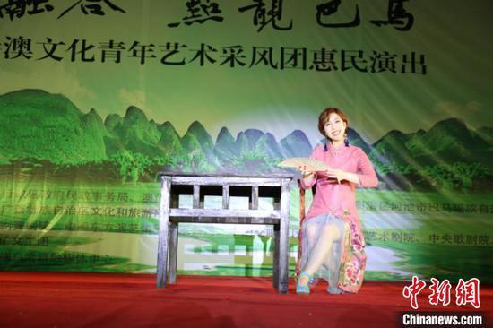 图为香港灵霄剧团创始人谢晓莹表演的粤剧片段《鳳求凰》 林浩 摄