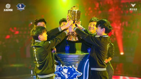图为成都JL战队获第七届王者荣耀城市赛冠军。主办方供图