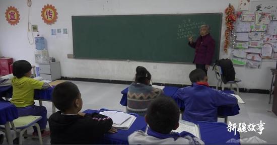 新疆故事:喀什七旬老人潘玉莲 免费辅导学生27年
