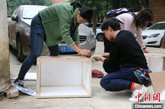 图为志愿者搭建猫屋。 林馨 摄